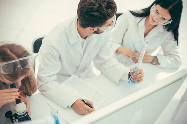 閉じる。コロナウイルスの科学と健康のためにワクチンをテストする医師のグループ