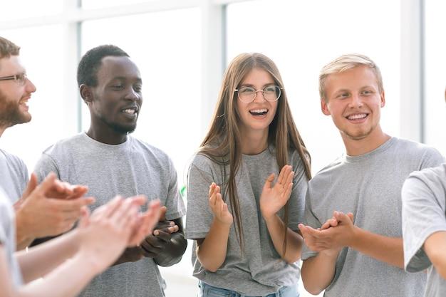 Закройте вверх. группа студентов аплодирует на международном форуме. бизнес и образование
