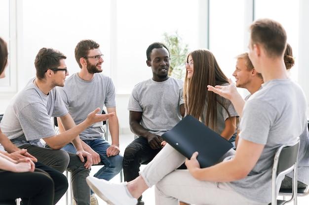 閉じる。セミナー中に論争している若者のグループ。ビジネスと教育