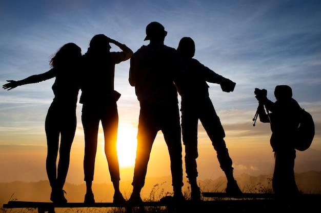Avvicinamento. un gruppo di turisti incontra l'alba sul vulcano batur. bali indonesia
