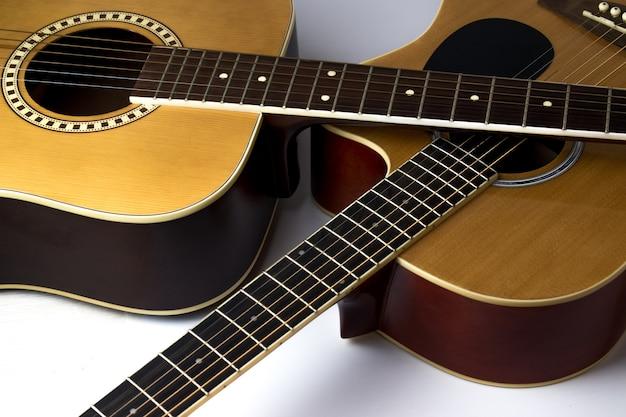 Крупным планом гитары, изолированные на белом