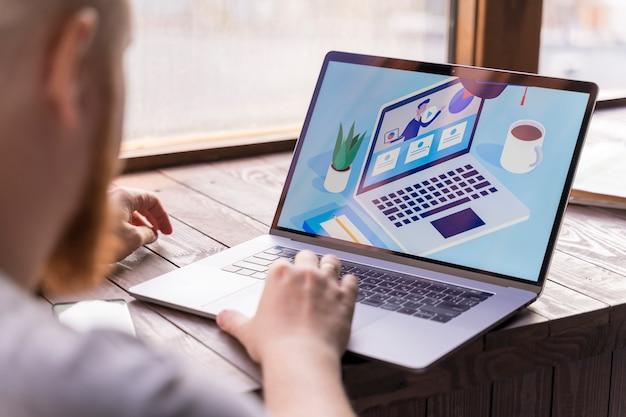 Крупным планом парень работает на своем ноутбуке