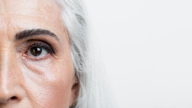 年配の女性の半分の顔をクローズアップ