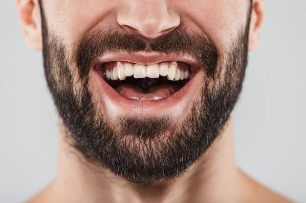 Крупным планом портрет лица улыбающегося бородатого мужчины, изолированного на белом