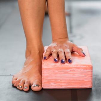 Крупным планом руки и ноги спорт дома концепция