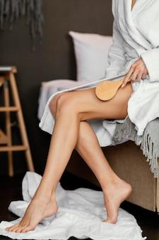 Руки чистят ногу крупным планом