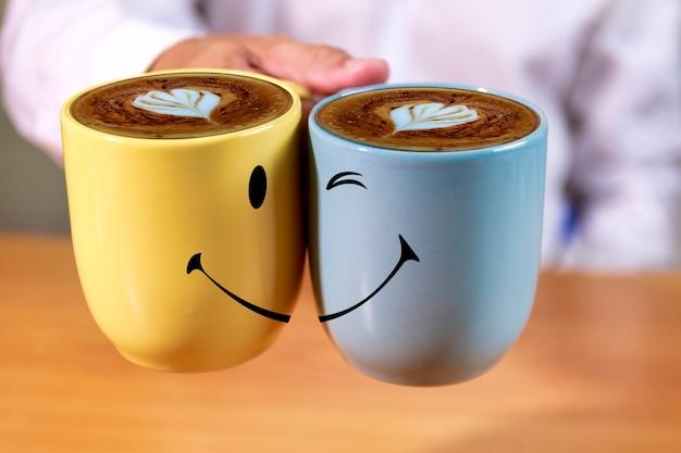 手のビジネスマンはコーヒーカップを保持します