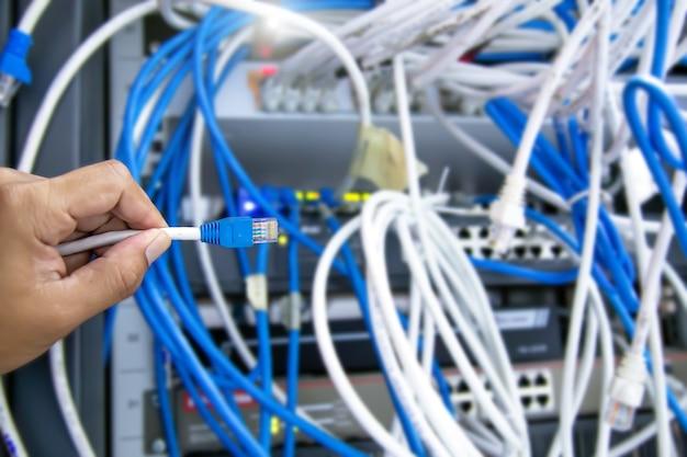 클로즈업 손은 lan 네트워크 케이블을 선택합니다.