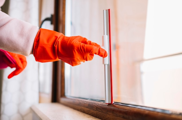 Finestra di pulizia della mano del primo piano