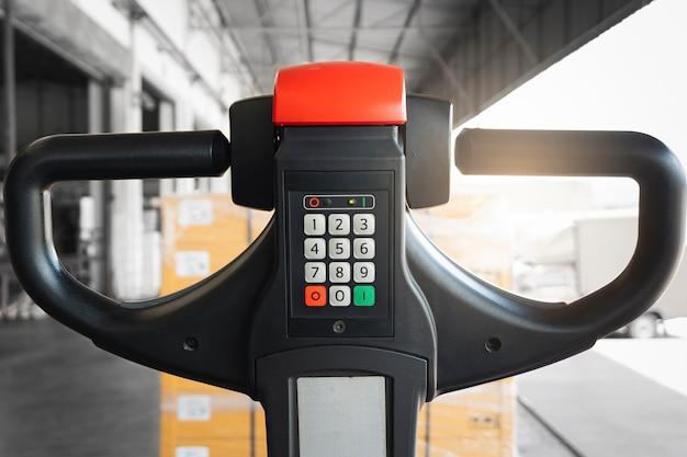 Закройте кнопку ручного управления электрическим вилочным погрузчиком с пакетными коробками на складе
