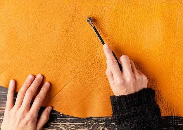 Крупный план ручной резки кожи