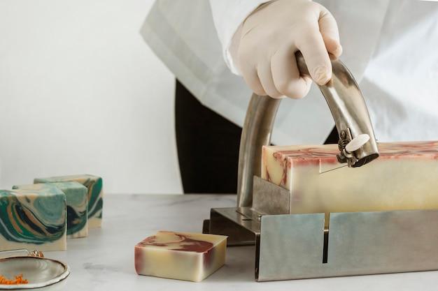 Крупным планом мыло для ручной резки