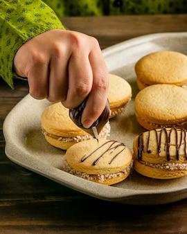 Крупным планом рука украшения печенья