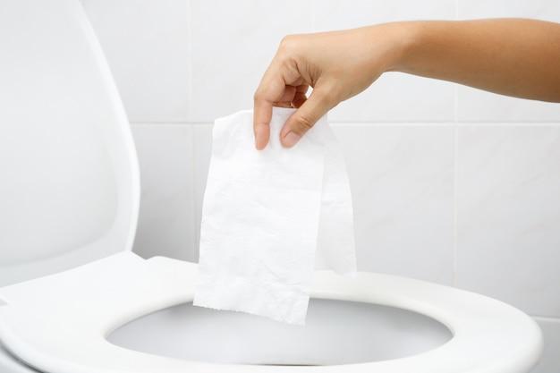 便器に投げるティッシュを持っている手を閉じます。トイレットペーパーの水を抜くことができず、便が詰まる原因になります。トイレ