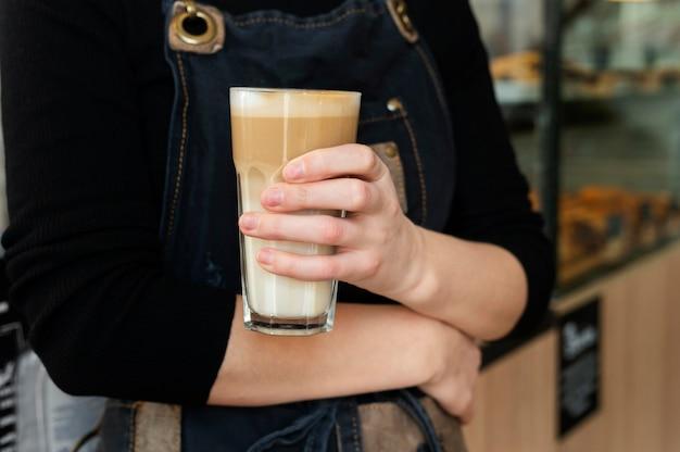 コーヒーグラスを持っている手を閉じる