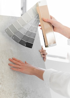 Крупным планом рука держит цветовую палитру