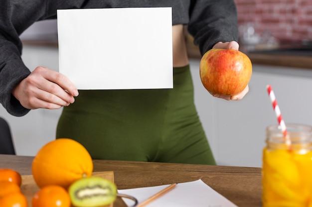 손을 잡고 과일을 닫습니다