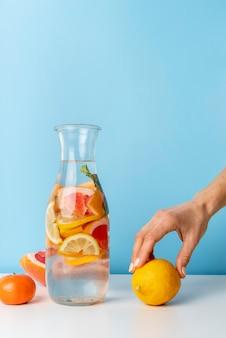 Close-up mano che tiene il limone