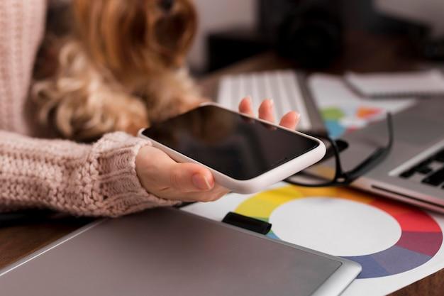 Крупным планом рука мобильный телефон