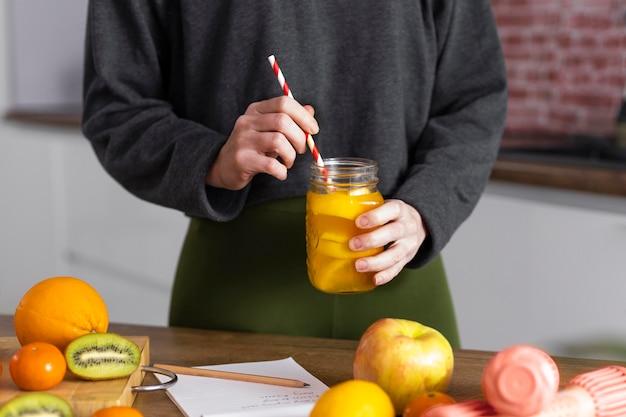 Chiudere la mano che tiene il succo naturale