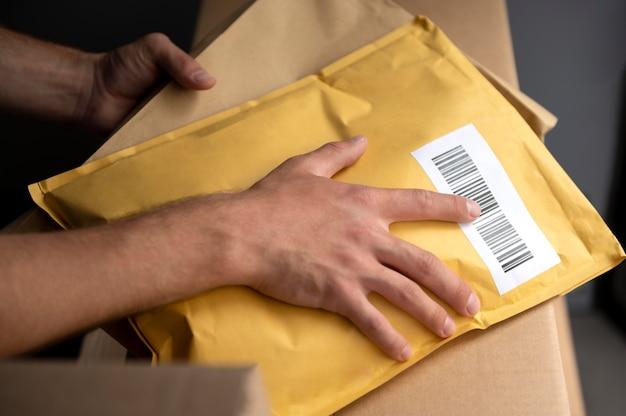 Крупным планом рука, держащая пакет
