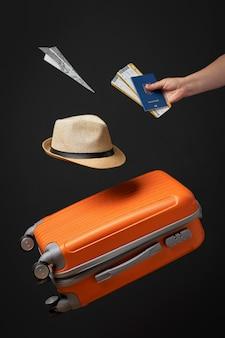 여권과 티켓을 들고 손을 닫습니다