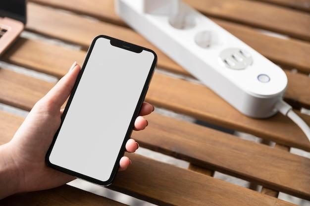 Крупным планом рука держит телефон