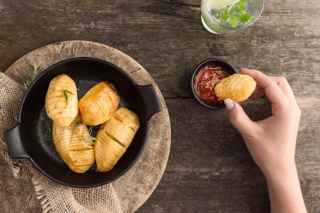 Макро рука держит картофель