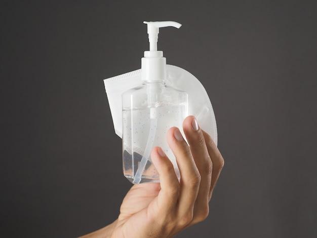 閉じる。手指消毒剤ボトルと保護フェイスマスクkn95。