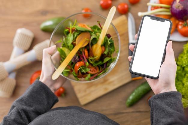 Крупным планом рука смартфон