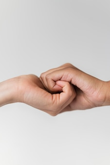 Tenendo la mano ravvicinata