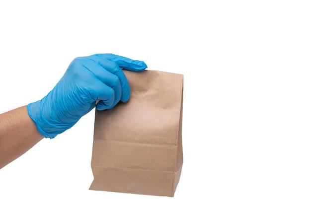 医療用手袋と食品の紙袋を持って手を閉じる