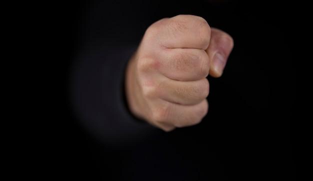 남자의 손을 닫습니다. 강한 펀치