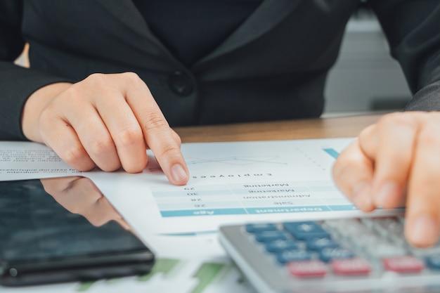 Закройте руку бухгалтерских проверок данных на документе и с помощью калькулятора