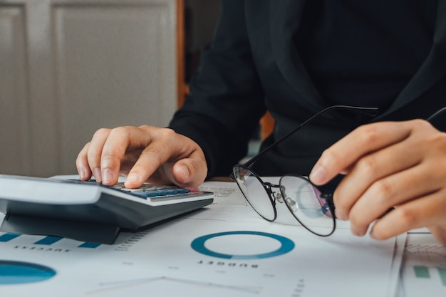 Закройте руку бизнесмен бухгалтер или банкир с помощью калькулятора, финансов