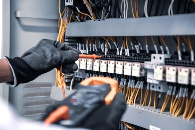 전기를 확인하는 측정을 사용하여 전기 공학의 근접 손.
