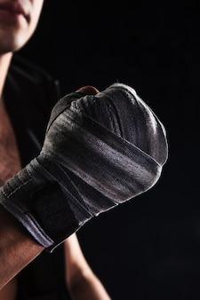 包帯で筋肉の男のクローズアップ手