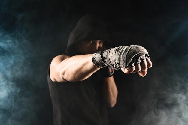 붕대로 근육 질의 남자의 근접 손