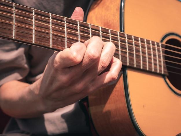 左利き用ギターの弦に手を近づける