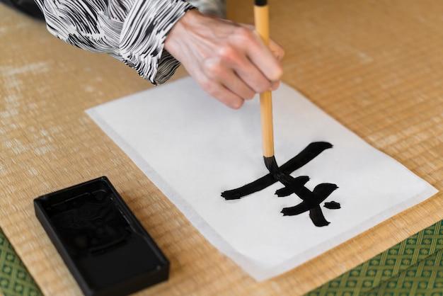 Lettera di pittura a mano del primo piano
