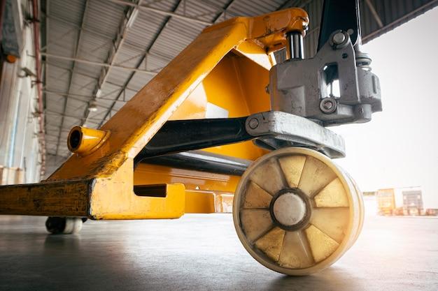 倉庫でのクローズアップハンドパレットトラック。