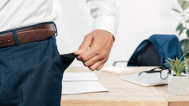 Рука крупным планом, вытаскивающая карман
