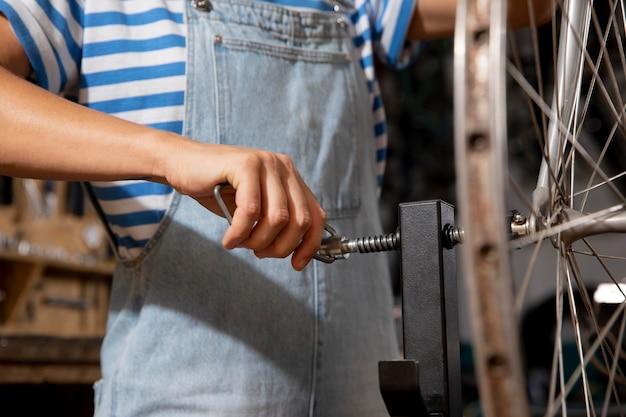 Крупным планом рука, ремонтирующая велосипед