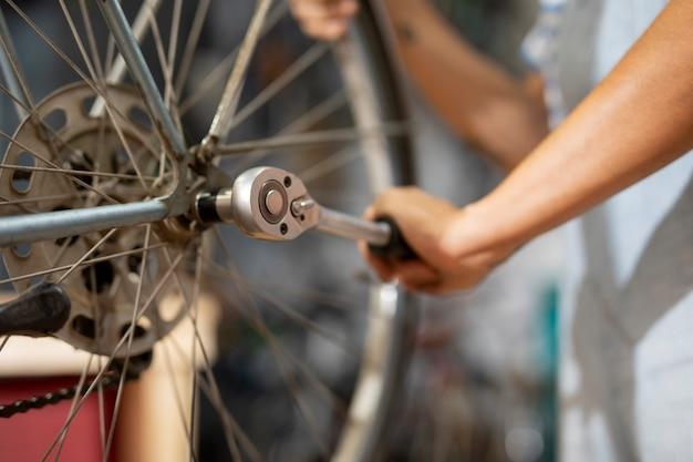 Primo piano che ripara la bicicletta a mano