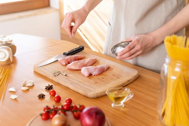 Chiudere la salatura a mano il cibo
