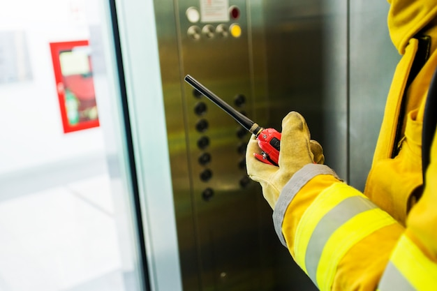 Закройте ручную охрану рук с walkie talkie для связи