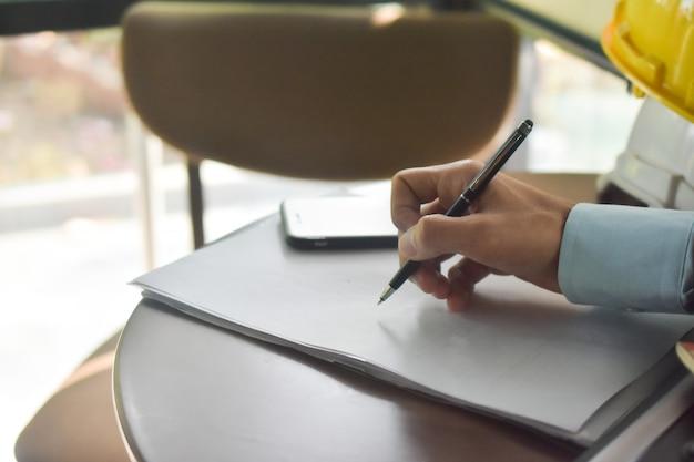 Закройте вверх по контракту знака руки на концепции успеха делового соглашения документа