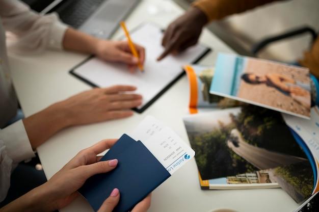 Закройте вверх руки подписывая документ с карандашом