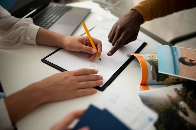 Primo piano del documento con la firma della mano