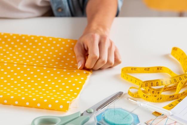 Рука крупным планом, касающаяся ткани